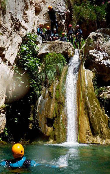 Barranco Lentegí saltando barranquismo Granada