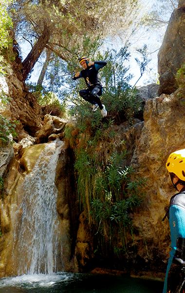 Saltando en rio verde